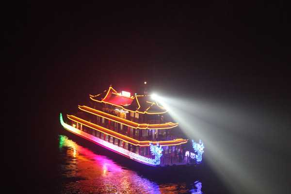 Take a cruise on the Qingjiang River and watch the beautiful scenery of the county seat